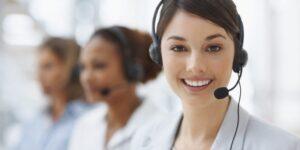 photo montrant une femme souriante du service client des meilleurs marques
